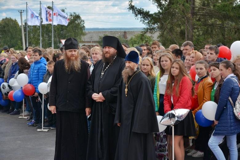 отец Георгий крайний справа