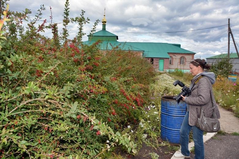 Нина рассматривает барбарис в саду