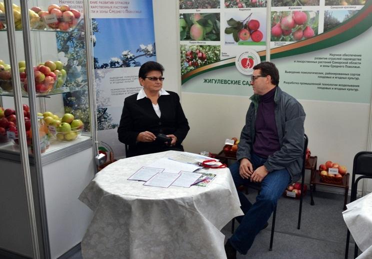 Азаров с яблоками