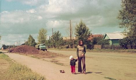 1975 с мамой, ул. Мориса Тореза, рядом с домом 71, на фоне - частный сектор по четной стороне