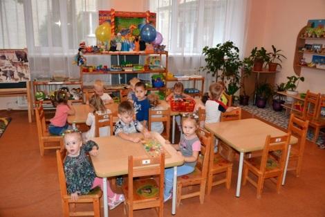 дети приветствуют каждого гостя