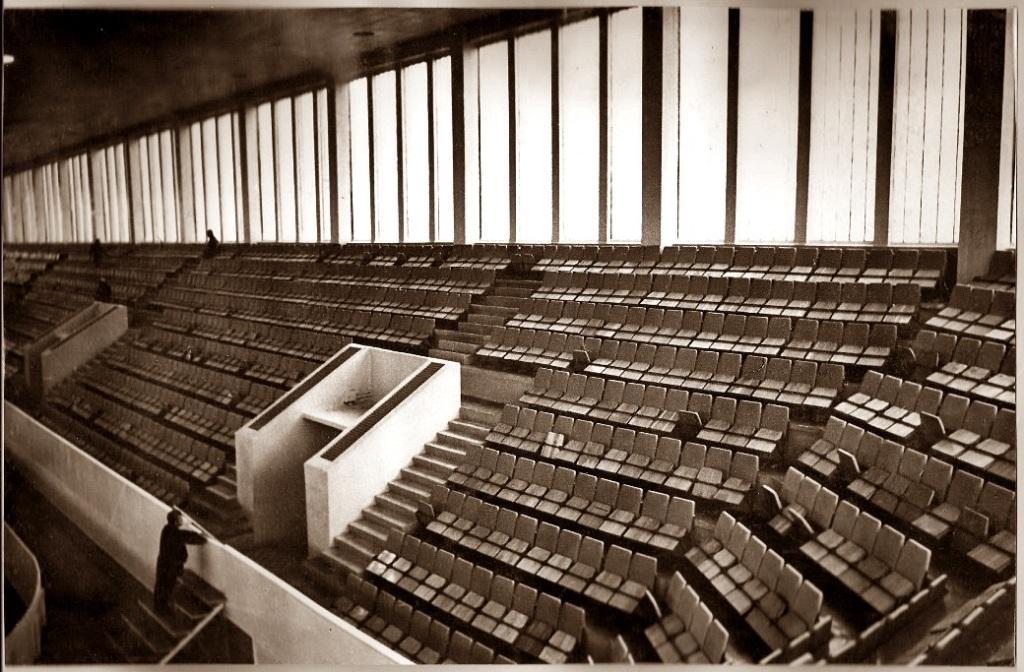 так выглядели во дворце спорта 4-й, 5-й и 6-й (угловой) сектора, со стороны улицы Молодогвардейской. Первые новенькие кресла были по свидетельству очевидцев серого и красного цвета.