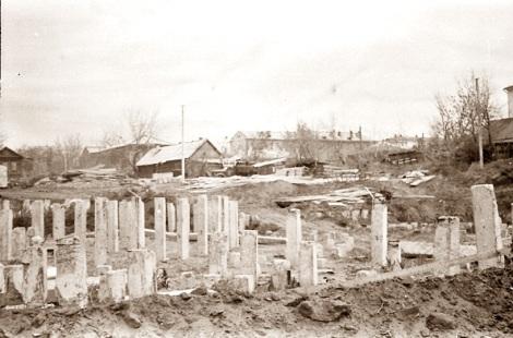 1114 железобетонных свай забивали в грунт при помощи специальной сваебойной техники. Основа фундамента дворца спорта настолько прочное, что это сооружение простоит ещё сто лет…