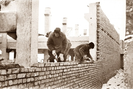 В морозную зиму вели кирпичную кладку каменщики. В третьей декаде декабря 1965-го температура воздуха держалась в районе «минус 20».