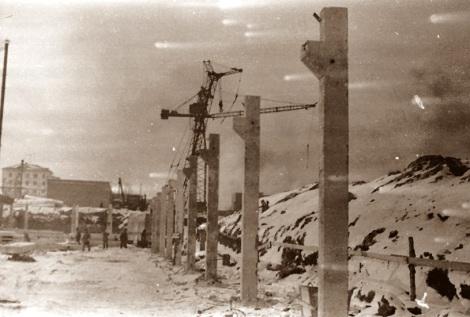 На снимке.. Железобетонные конструкции положившие основу стен дворца спорта. Декабрь 1965 г.