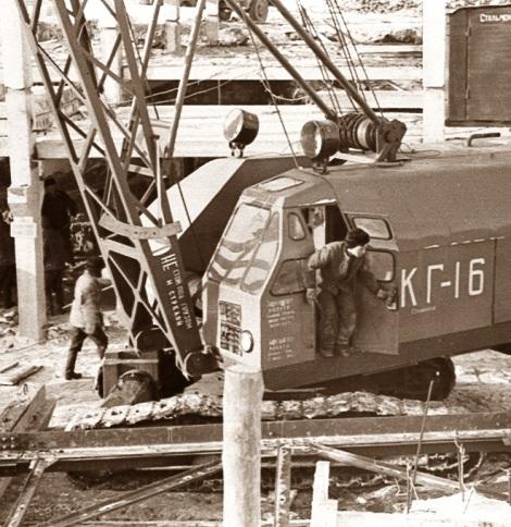 Несколько кранов КГ-16 на гусенечном ходу были незаменимыми на стройке дворца спорта.