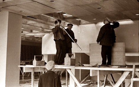Обустройство потолка в холле. Сентябрь 1966 г.