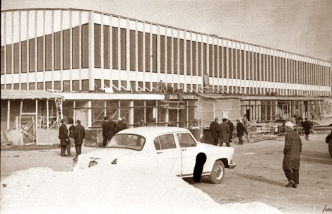 Фасад здания уже в том виде, в каком будет сдан в эксплутацию. Октябрь 1966 г.