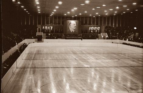 самый первый аншлаг во дворце спорта.Совместное заседание обкома и горкома КПСС, представителей общественных организаций и трудящихся, посвященное 49-й годовщине Великой Октябрьской социалистической революции. Оно состоялось 5 ноября 1966 года сразу после того как председатель горисполкома – «мэр» города Алексей Росовский торжественно перерезал красную ленту и открыл Дворец.