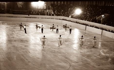 Собравшиеся во дворце спорта горожане во все глаза смотрели как мастеровито катаются опытные фигуристы, приехавшие из Москвы. 5 ноября 1966 г.