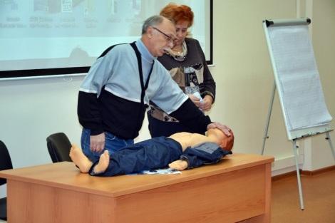 опытный специалист Скорой Трифон Зинченко показывал, как оказывать помощь