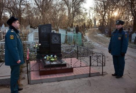караул на могиле товарища, ему исполнилось 80