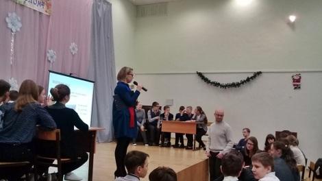 команды со сцены модерирует Юлия Гареева