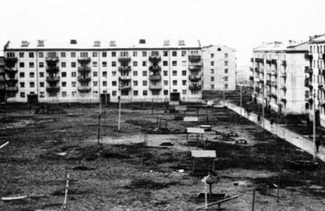 родной двор Ирины на Гагарина, еще не благоустроен - много песочниц, но нет деревьев, много глины, оставшейся от стройки