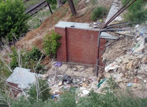 мусор валится с горы на дорогу