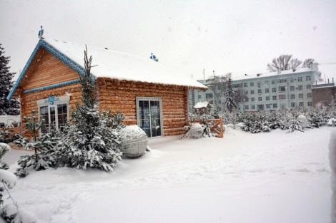 дом Деда Мороза тоже занесло