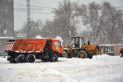 снег активно вывозили с площади