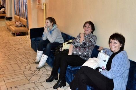 люди ждут своей очереди танцевать, это тоже сотрудники Электрощит Самара