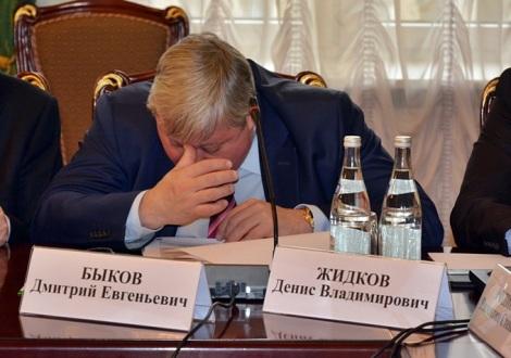 Быков внимательно вчитывается в документы